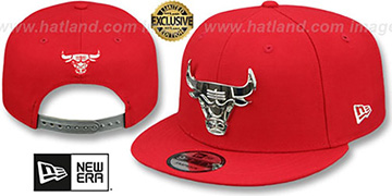 Bulls SILVER METAL-BADGE SNAPBACK Red Hat by New Era