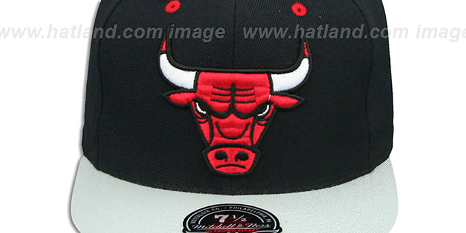 Bulls '2T XL-LOGO - 2' Black-Grey Fitted Hat by Mitchell and Ness