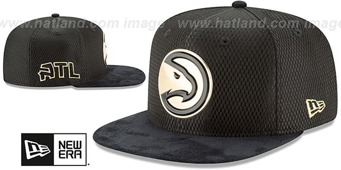 hot sale online 81f43 043b1 ... Hawks  2017 NBA ONCOURT SNAPBACK  Black-Gold Hat by New Era ...